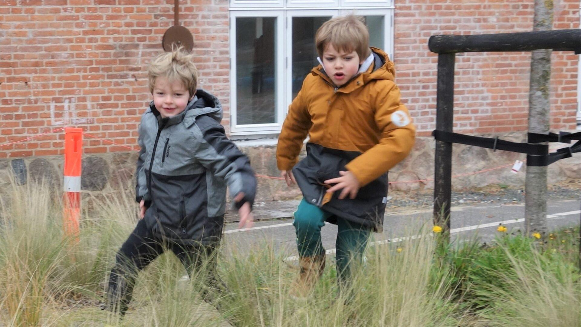 Dreng løber og hopper